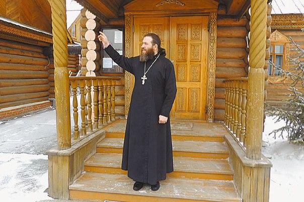 Отец Алексей на пороге Храма в пос. Тургояк